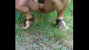 pissing2 peeing crowd American actress nikki ziering nude scene